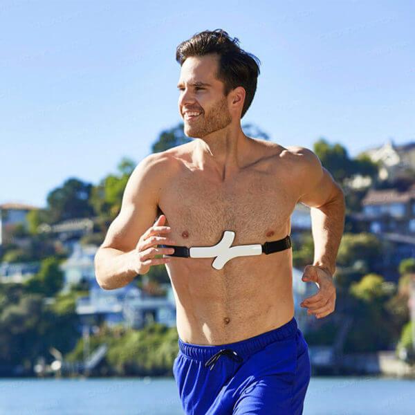 QardioCore 無線連續心電監護儀 - Man Running at Beach